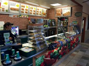 Store Managerin Tugba Yörük hinter der Theke der Kohlscheider Subway Filiale