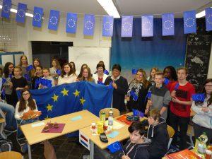 Gemeinsam mit Sabine Verheyen halten Schüler und Lehrer der Gesamtschule Kohlscheid die Europafahne hoch