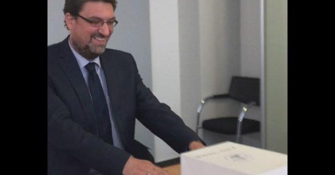 Video: Initiative Kohlscheid 2020 übergibt gesammelte Unterschriften an den Bürgermeister