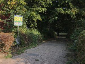 Der Eingang zum Spielplatz an der Kircheichstraße